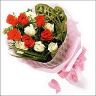 5 kirmizi 5 beyaz güllerden   Adana online çiçek gönderme sipariş