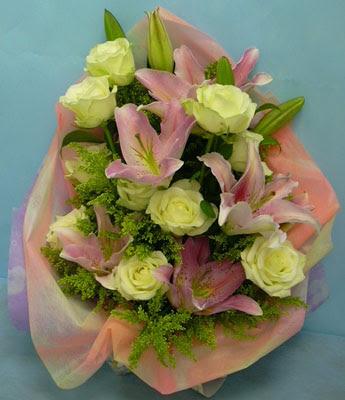 11 adet gül ve 2 adet kazablanka buketi  Adana internetten çiçek satışı