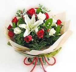 güller ve kazablanklardan görsel bir buket  Adana internetten çiçek satışı