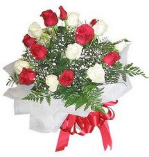 Adana çiçekçiler çiçek , çiçekçi , çiçekçilik  12 adet kirmizi ve beyaz güller buket