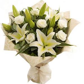 Adana anneler günü çiçek yolla  3 dal kazablanka ve 7 adet beyaz gül buketi